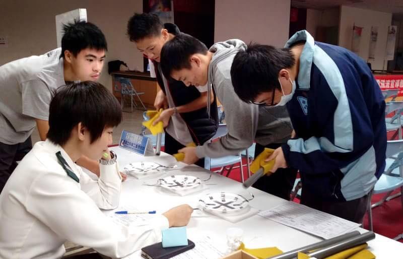 陸軍官校物理系學生帶領其他學校學生一同實作