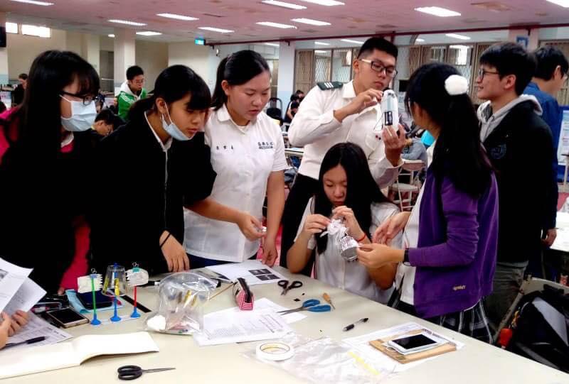 陸軍官校物理系學生檢視小組成員作品情形