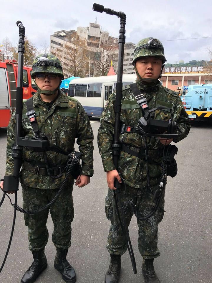 兩名官兵完成生命探測器裝備穿載