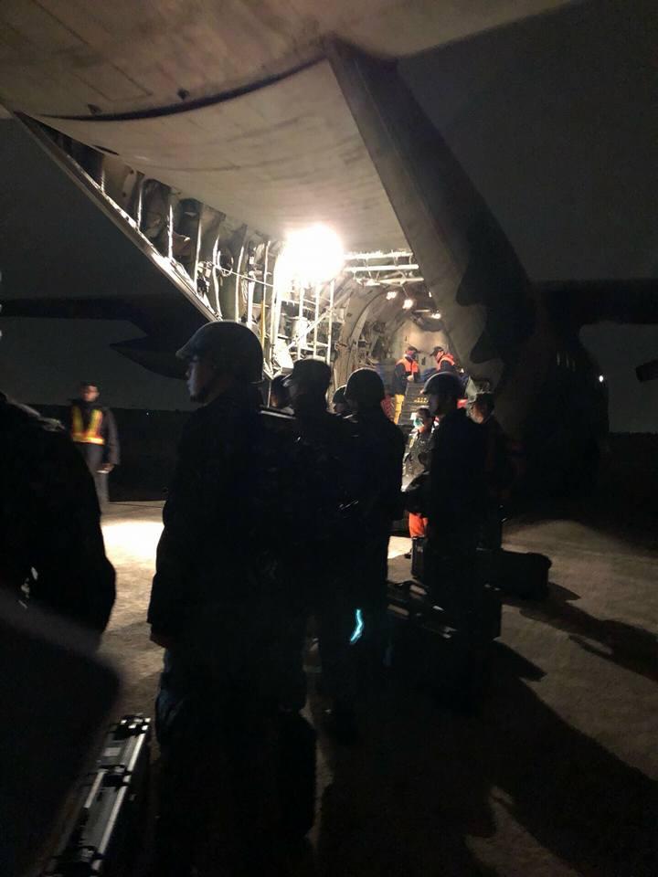 官兵清晨0600時搭乘C-130運輸機