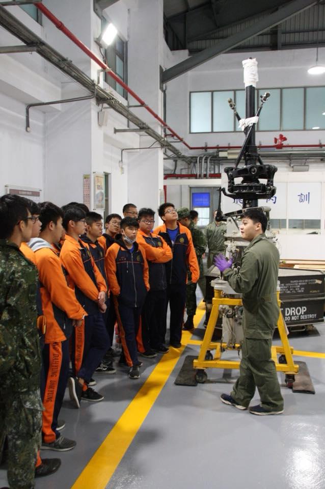 大榮中學學生參觀飛機修護處所